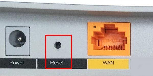 按住复位按键10秒左右,把tplink路由器恢复出厂设置